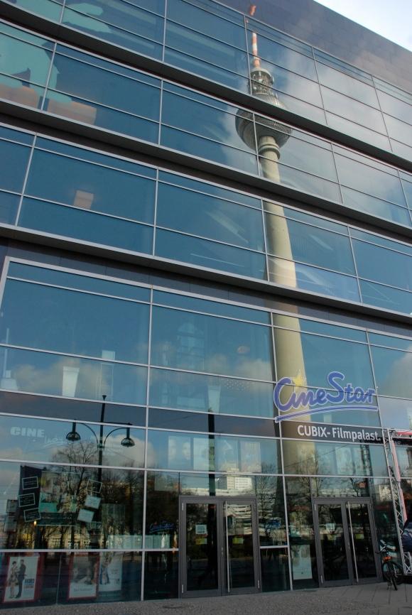 La tour d'Alexanderplatz refléchie dans le cinéma Cubix