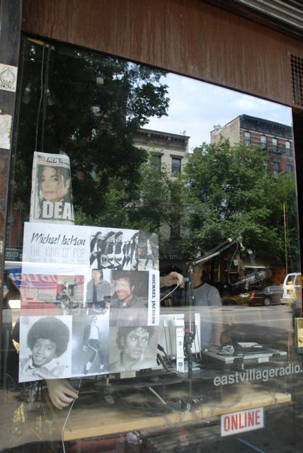 Michael Jackson Dead sur façade eastvillageradio